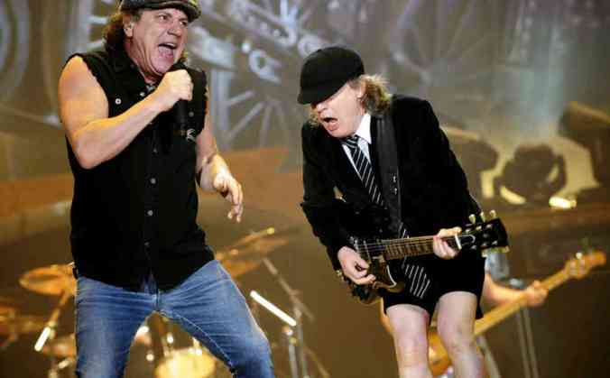 epa01688253 Australian hard rock band AC/DC singer Brian Johnson (L) and guitarist Angus Young perform on stage during their concert at the Bilbao Exhibition Centre (BEC) in Baracaldo, Basque Country, northern Spain, 04 April 2009.  EPA/MIGUEL TONA